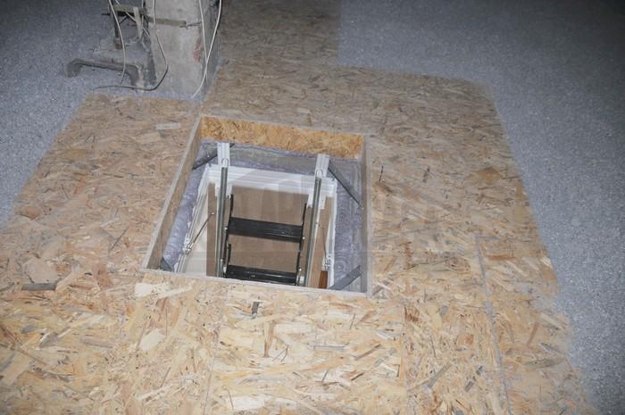 Isolamento sottotetto con fiocchi di cellulosa e passerelle in legno e botola